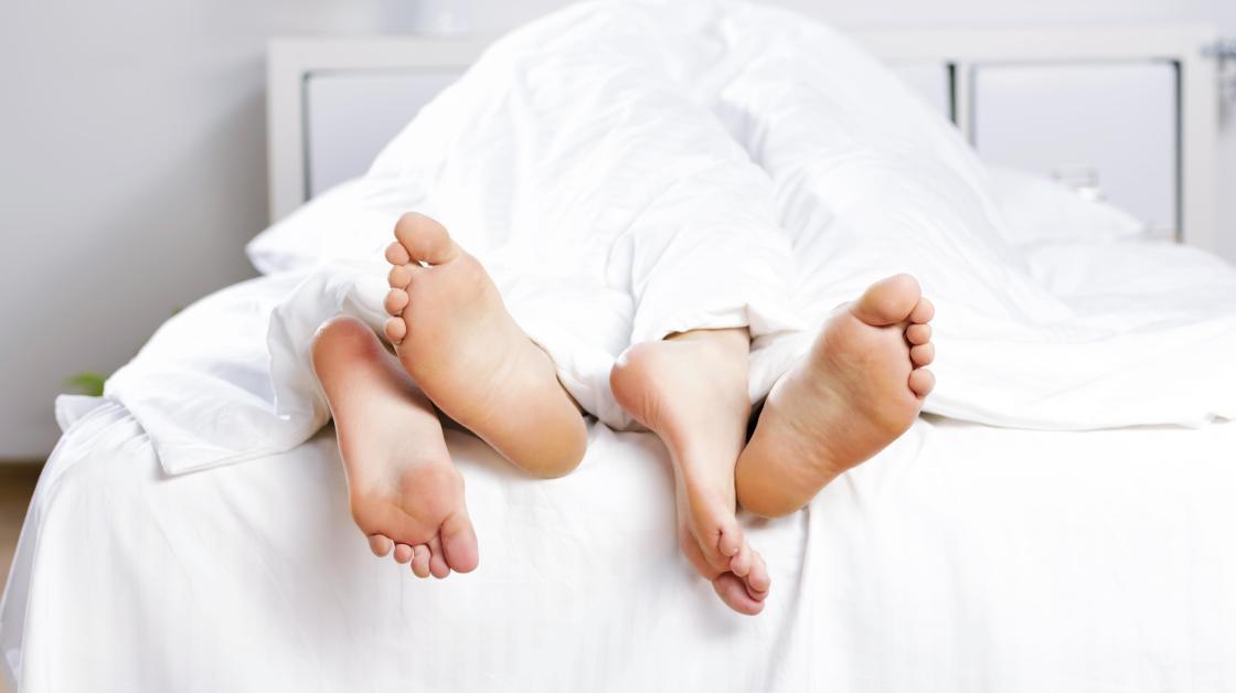 Kuuma lesbot seksiä sängyssä