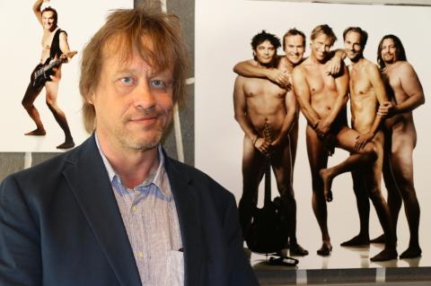 Mies malleja poseeraa alaston